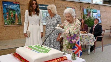 Перед саммитом G7 королева Елизавета II разрезала торт церемониальной саблей (ВИДЕО)