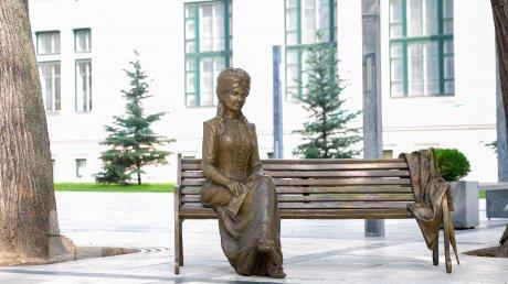 Михая Эминеску могут разлучить с Вероникой Микле: эпопея со скульптурой в столичном сквере