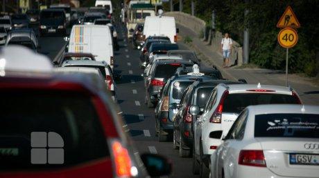 На Буюканах жители двора жалуются на объезжающих пробки водителей
