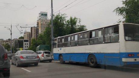 Цепная авария в столице: столкнулись микроавтобус, легковой автомобиль, такси и автобус