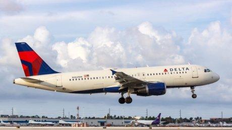 Инцидент в воздухе: в США самолет сел из-за пассажира, пытавшегося попасть в кабину пилотов