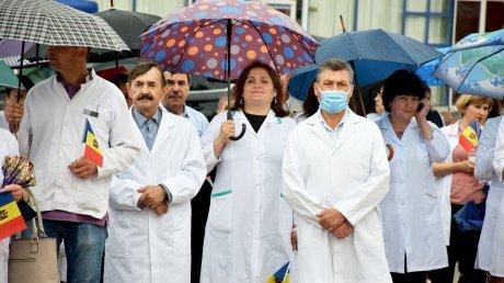 Чествование героев в белых халатах: в Оргееве прошел марш в честь медицинских работников