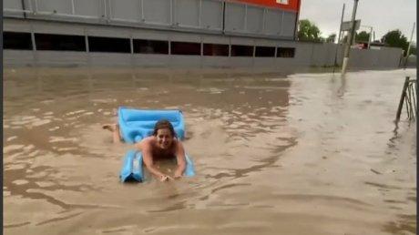 Керчь превратилась в Венецию: на Крымский полуостров обрушились дожди (ВИДЕО)