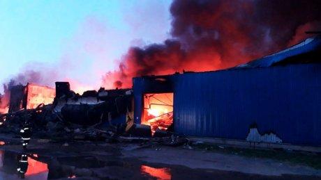 В Подмосковье на складе, где хранился ацетон, вспыхнул пожар: на его тушение ушло 12 часов