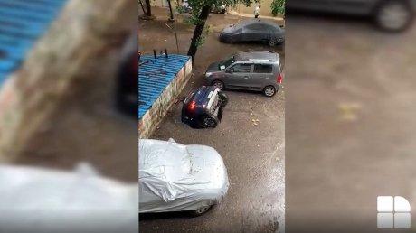 """Яма """"проглотила"""" машину на парковке в Мумбаи (ВИДЕО)"""
