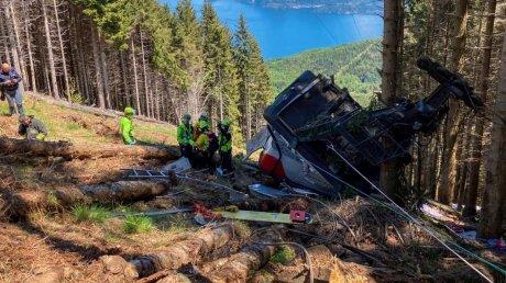 В сети появились страшные кадры аварии на канатной дороге в Италии (ВИДЕО)