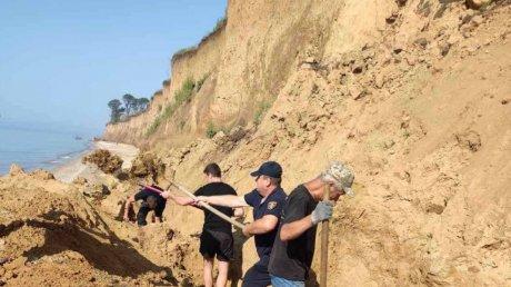 Оползень на берегу моря в Одесской области: спасатели нашли вещи отдыхающих