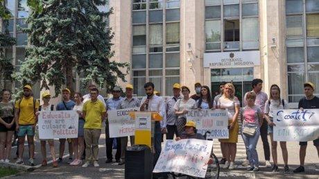 """""""Уберите политику из школ"""": в Кишинёве прошла акция протеста у Министерства образования"""