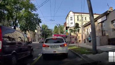 В Кишиневе троллейбус сбил девушку на электросамокате: чем закончилось история (ВИДЕО)