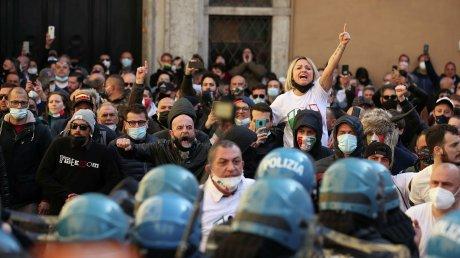 Италия охвачена протестами из-за коронавирусных ограничений