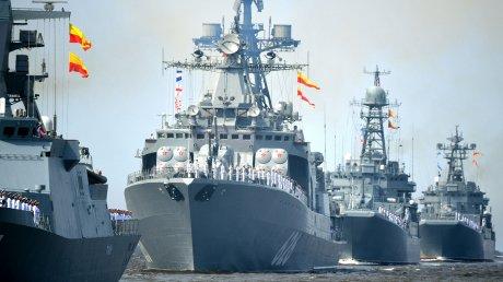 В Санкт-Петербурге по случаю годовщины ВМФ России организовали грандиозный парад