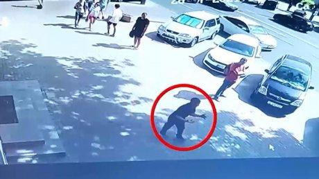 Мужчина в неадекватном состоянии кидался на прохожих в центре Кишинёва (ВИДЕО)