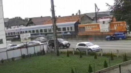 Чудом остались в живых: в Сучаве двум мужчинам удалось выпрыгнуть из машины, в который врезался поезд