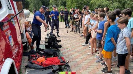Полезная наука от спасателей: детям из летнего лагеря рассказали о правилах поведения на воде