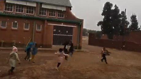Дети впервые видят снег: на юг Африки пришли небывалые морозы