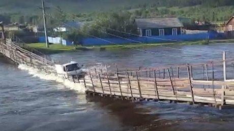 Шокирующие кадры из России: подвесной мост обрушился в реку под тяжестью грузовика