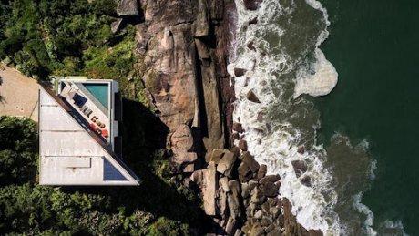 В Аргентине дом на берегу Атлантического океана обрушился на глазах у местных жителей