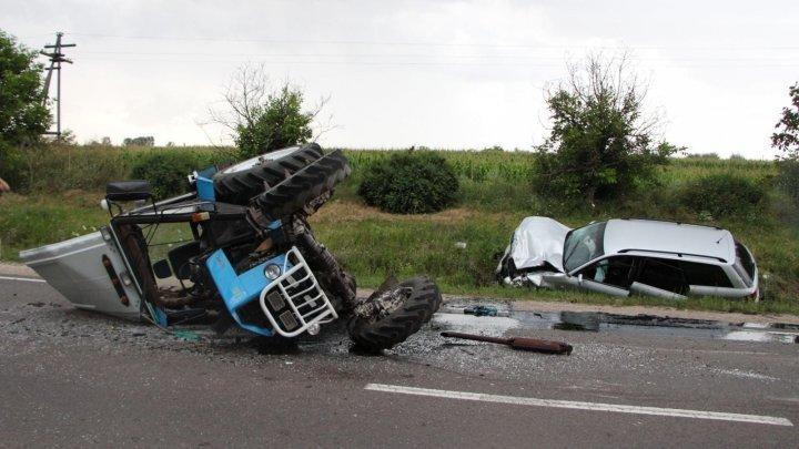 Полицейский врезался в трактор на трассе Кишинёв-Сороки, двое пострадавших в больнице