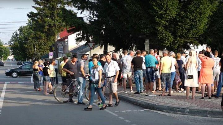 Десятки жителей Единец устроили протест перед зданием городской администрации