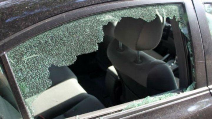 На Чеканах минувшей ночью разбили стекла больше десятка машин