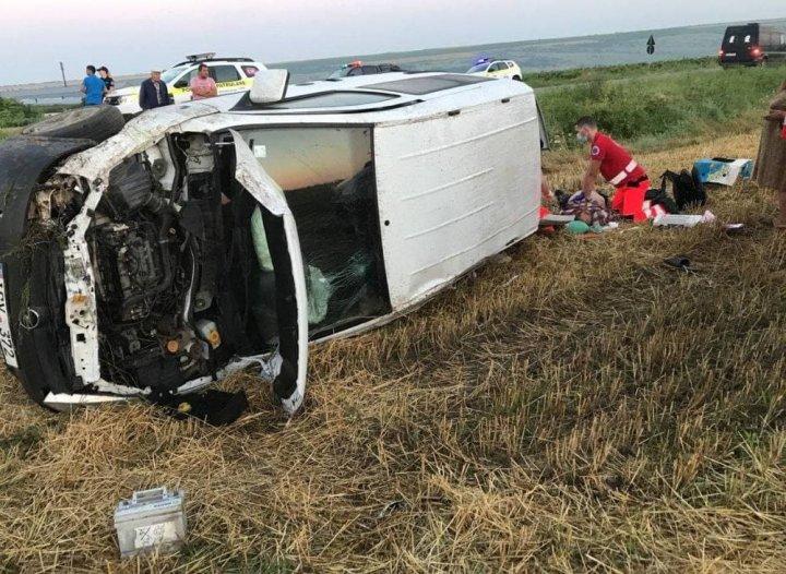 В Кагульском районе перевернулся микроавтобус: водитель погиб на месте (ФОТО)