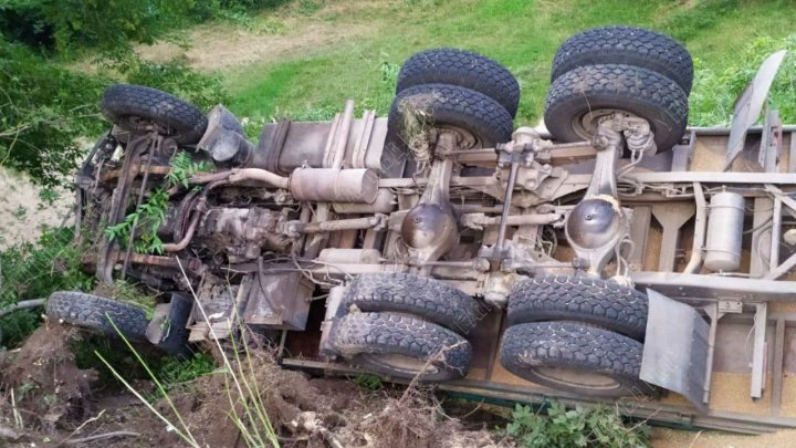 ДТП в Рыбницком районе: перевернулся грузовик, груженый пшеницей (ФОТО)