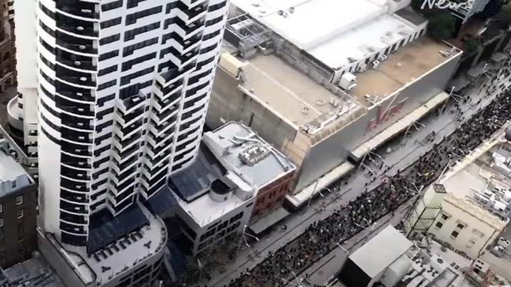 Жители нескольких городов Австралии протестуют против коронавирусных ограничений