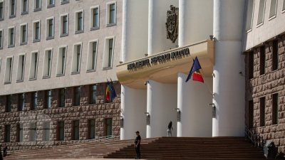 Попытка №2: желающий попасть в тюрьму молдаванин решил разбить и окно парламента
