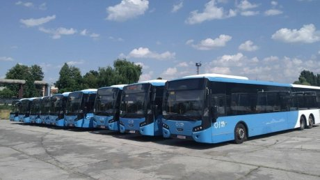 В Кишинёв доставили девять городских автобусов с пробегом из Нидерландов