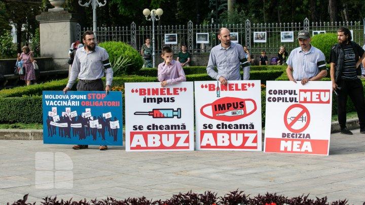 Остановить пандемию при помощи молитвы: в Кишиневе прошел протест против вакцинации FOTOREPORT
