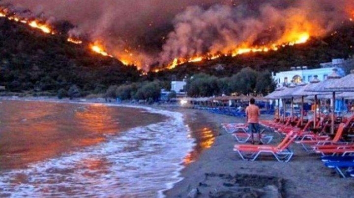 В Греции по морю эвакуировали людей с охваченного пожаром острова