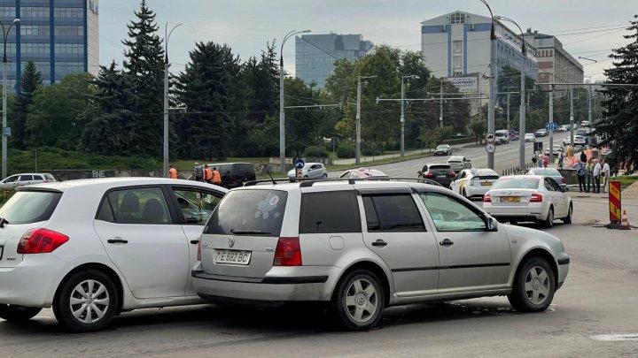 На Буюканах две машины не поделили дорогу на круговом перекрестке