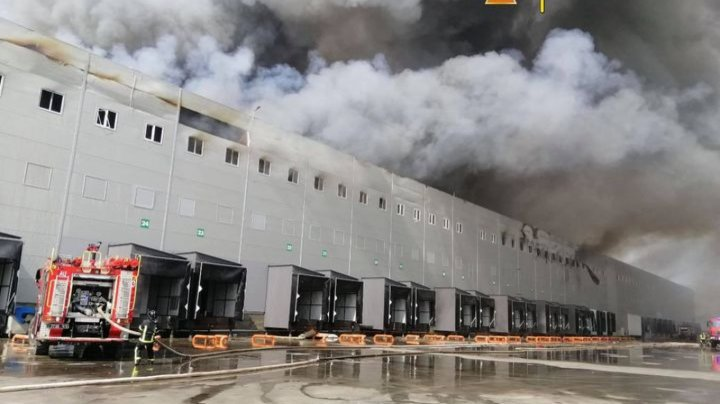 Крупный пожар под Одессой: огонь охватил склады сети супермаркетов