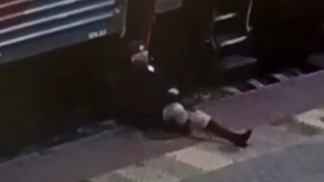 В России пьяный пассажир вытолкнул проводницу из вагона (ВИДЕО)