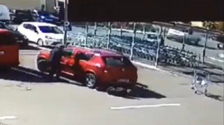 Автомобилистка переехала женщину и протянула её под кузовом по парковке