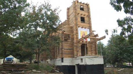 На территории Минобороны строят уникальную мемориальную церковь из белой сосны