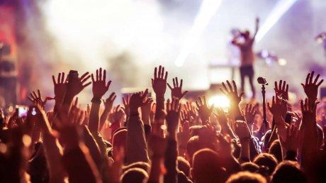 Во время выступления российской певицы Зиверт в Зеленом театре сотни человек находились без защитных масок