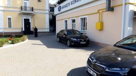 """На """"Лексусе"""" в синод: несколько машин класса """"люкс"""" припаркованы во дворе Митрополии (ФОТО)"""