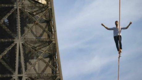Французский канатоходец Натан Полан прошел по тросу от Эйфелевой башни до театра Шайо