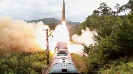 Выпустили две баллистические ракеты из поезда: Пхеньян опубликовал ВИДЕО испытания снарядов