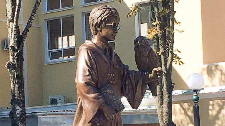 В Тирасполе открыли памятник Гарри Поттеру с совой