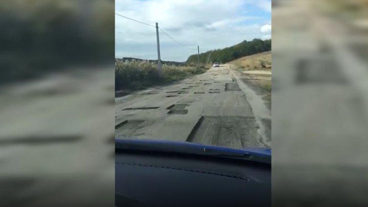 Из ямы в яму: в соцсетях показали кадры с изрезанным асфальтом на дороге у села Кошкодены (ВИДЕО)