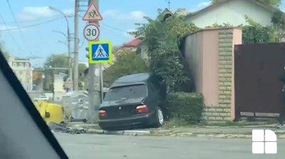 ДТП на Буюканах: машина после столкновения врезалась в забор (ВИДЕО)