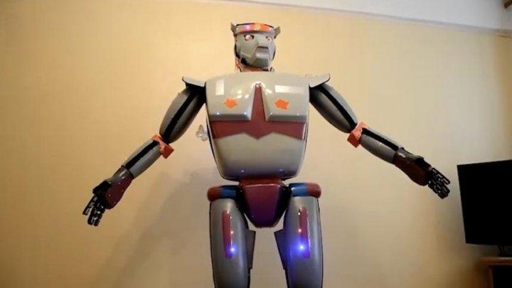 В Крыму пенсионер собрал робота-рассказчика анекдотов