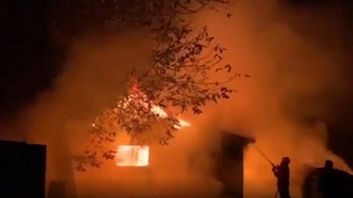 Крупный пожар в доме на Буюканах: разрушена лестница, в коридорах горы обгоревшего мусора, люди спасают документы