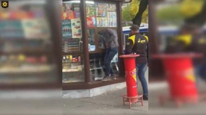 В Кишинёве молодой человек ограбил ларёк на глазах у прохожих (ВИДЕО)